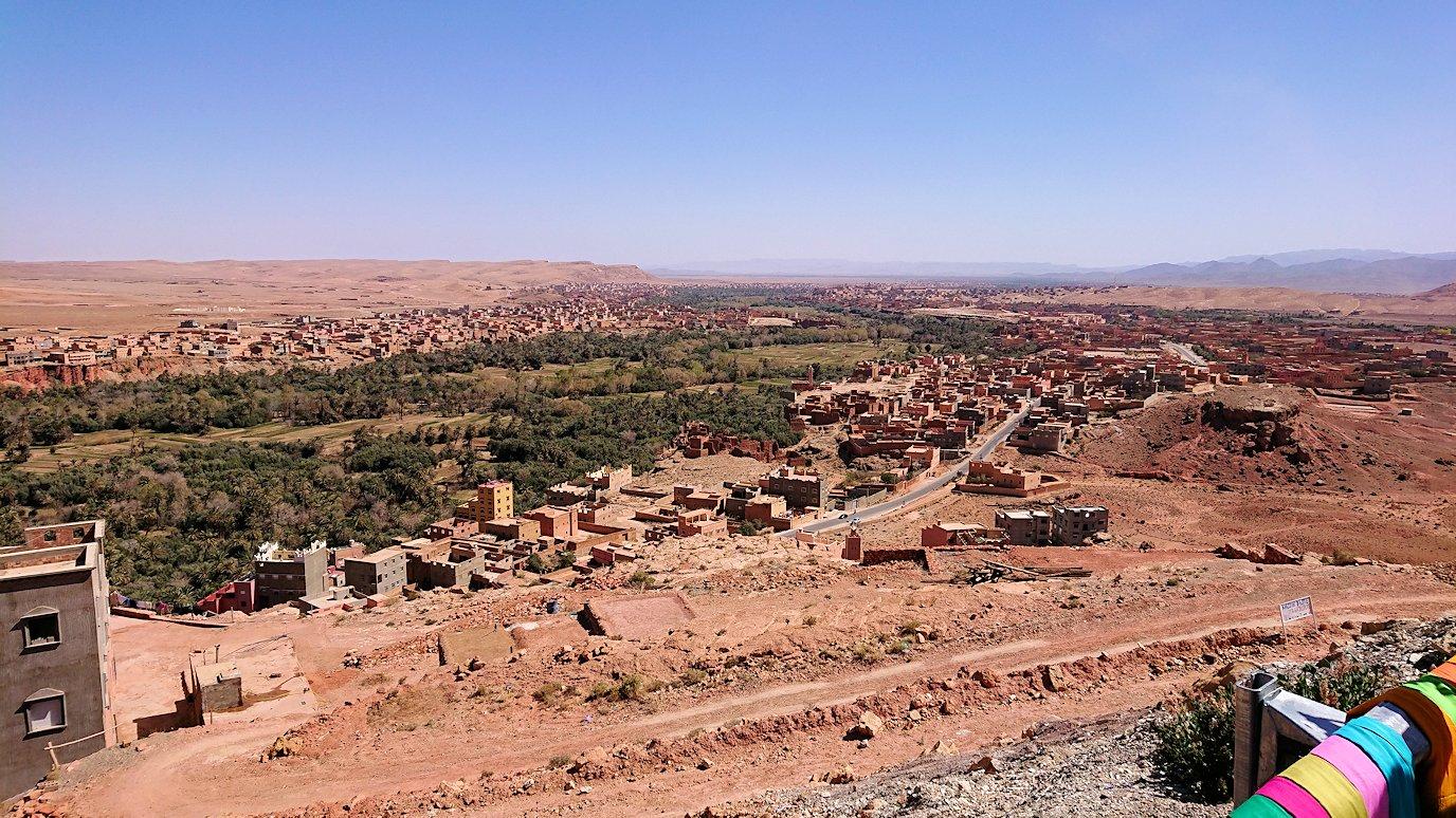 モロッコでカッターラからトドラ渓谷へ向かう道中のオアシスにて休憩1
