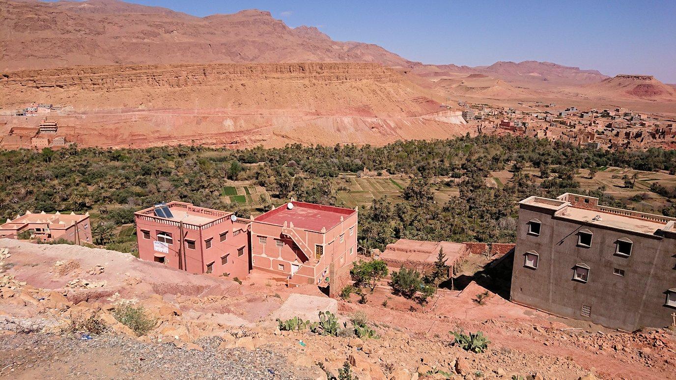 モロッコでカッターラからトドラ渓谷へ向かう道中のオアシスにて休憩2