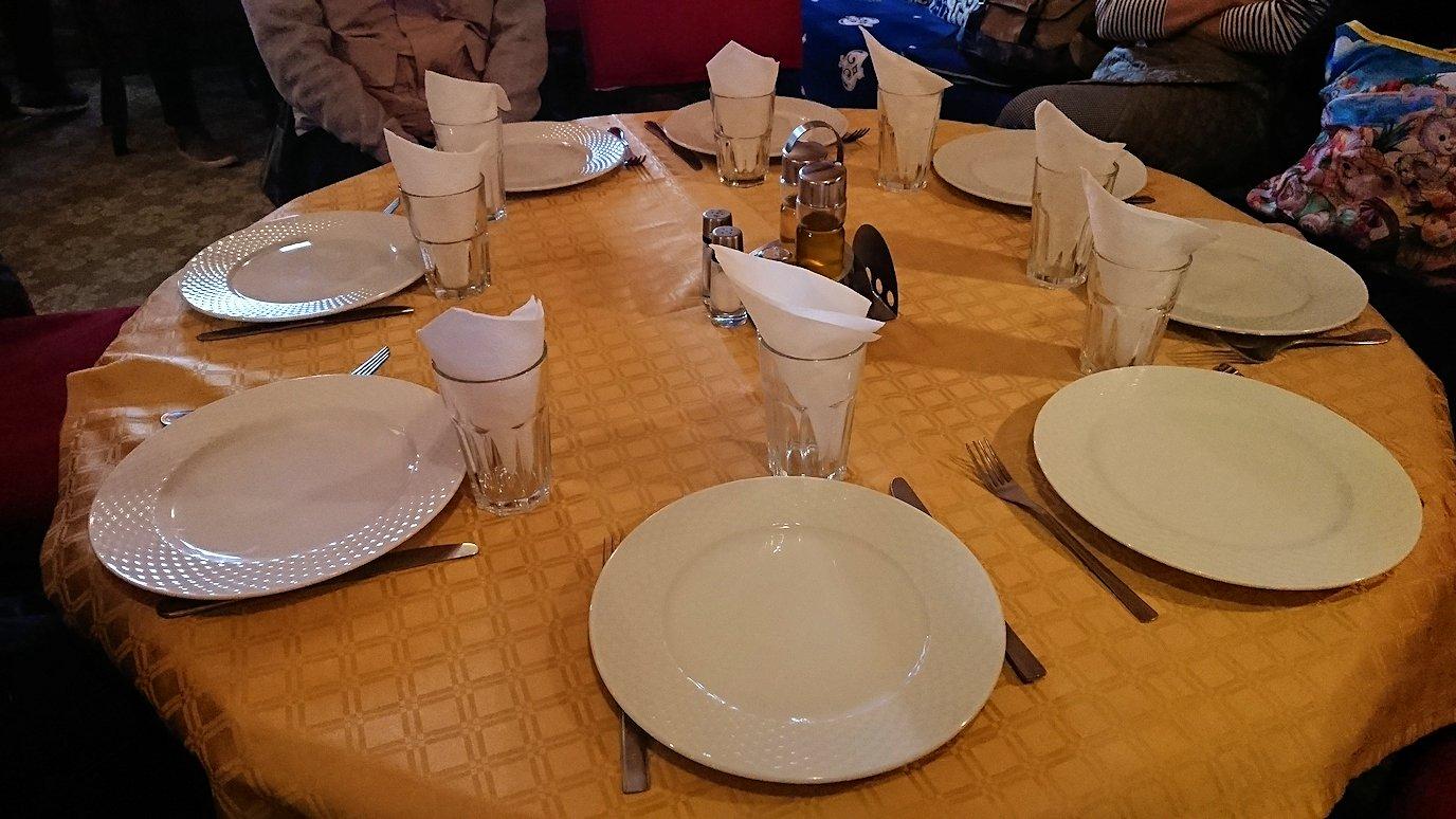 モロッコのトドラ渓谷からワルザザートへ向かうにレストランの様子