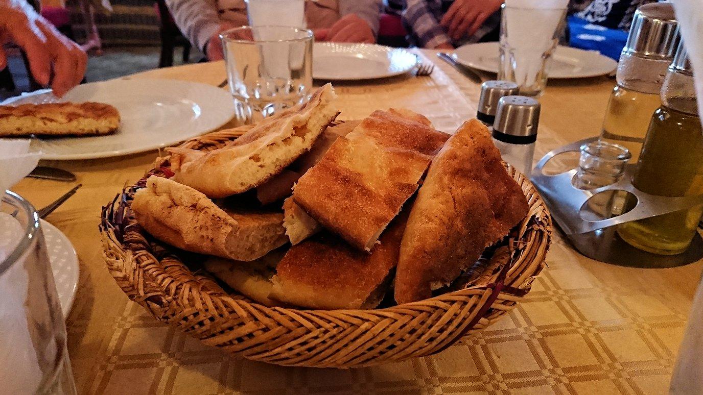 モロッコのトドラ渓谷からワルザザートへ向かうにレストランの様子2
