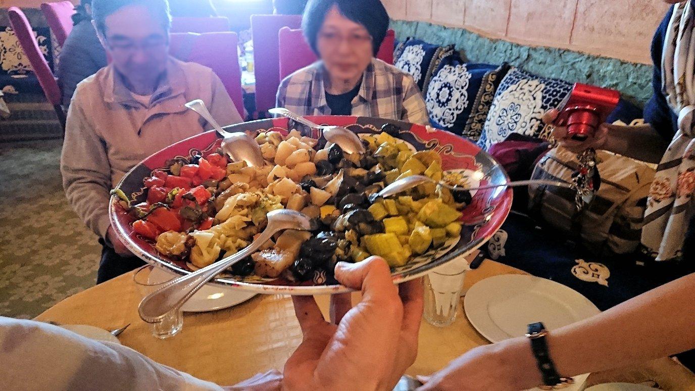モロッコのトドラ渓谷からワルザザートへ向かうにレストランの様子1