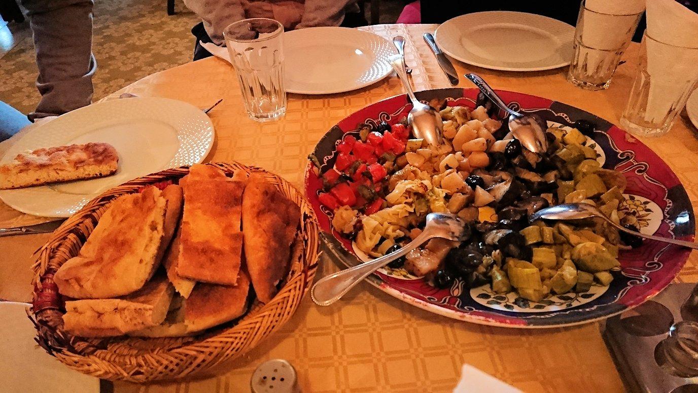 モロッコのトドラ渓谷からワルザザートへ向かうにレストランの様子3