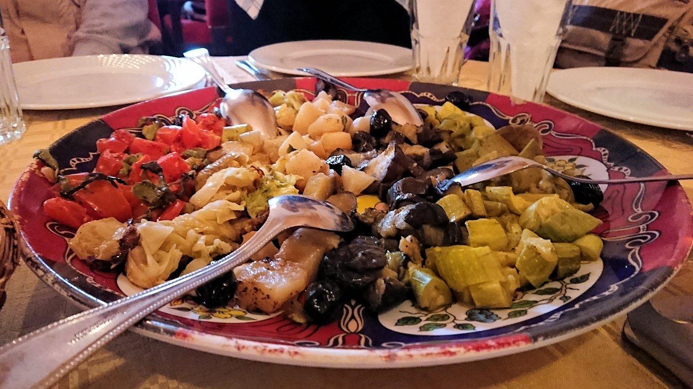 モロッコのトドラ渓谷からワルザザートへ向かうにレストランの様子4