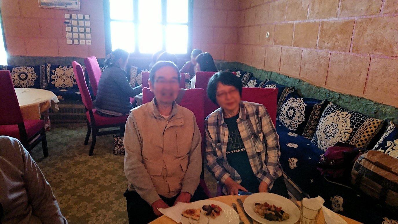 モロッコのトドラ渓谷からワルザザートへ向かうにレストランの様子6