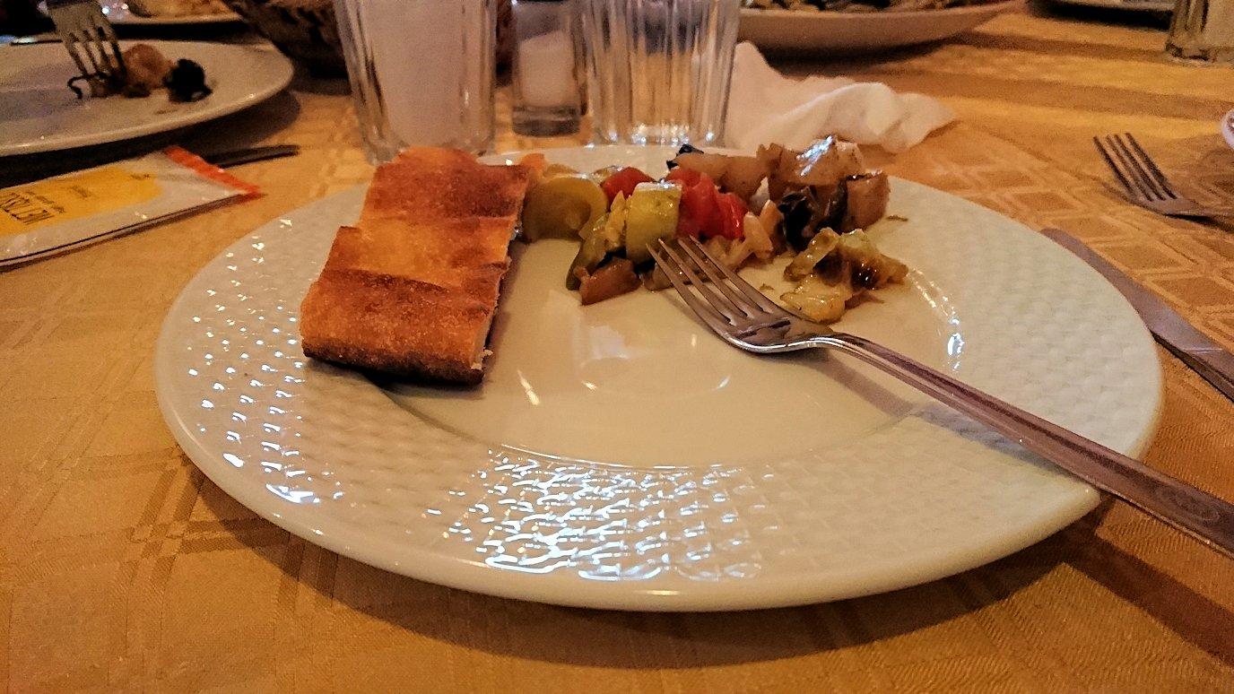 モロッコのトドラ渓谷からワルザザートへ向かうにレストランの様子7