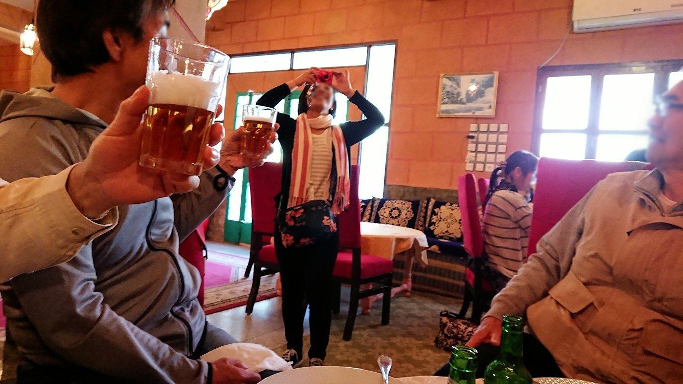 モロッコのトドラ渓谷からワルザザートへ向かうにレストランの様子9