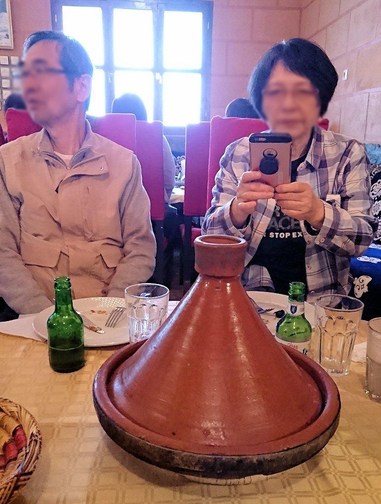 モロッコのトドラ渓谷からワルザザートへ向かうにレストランで料理を食べる