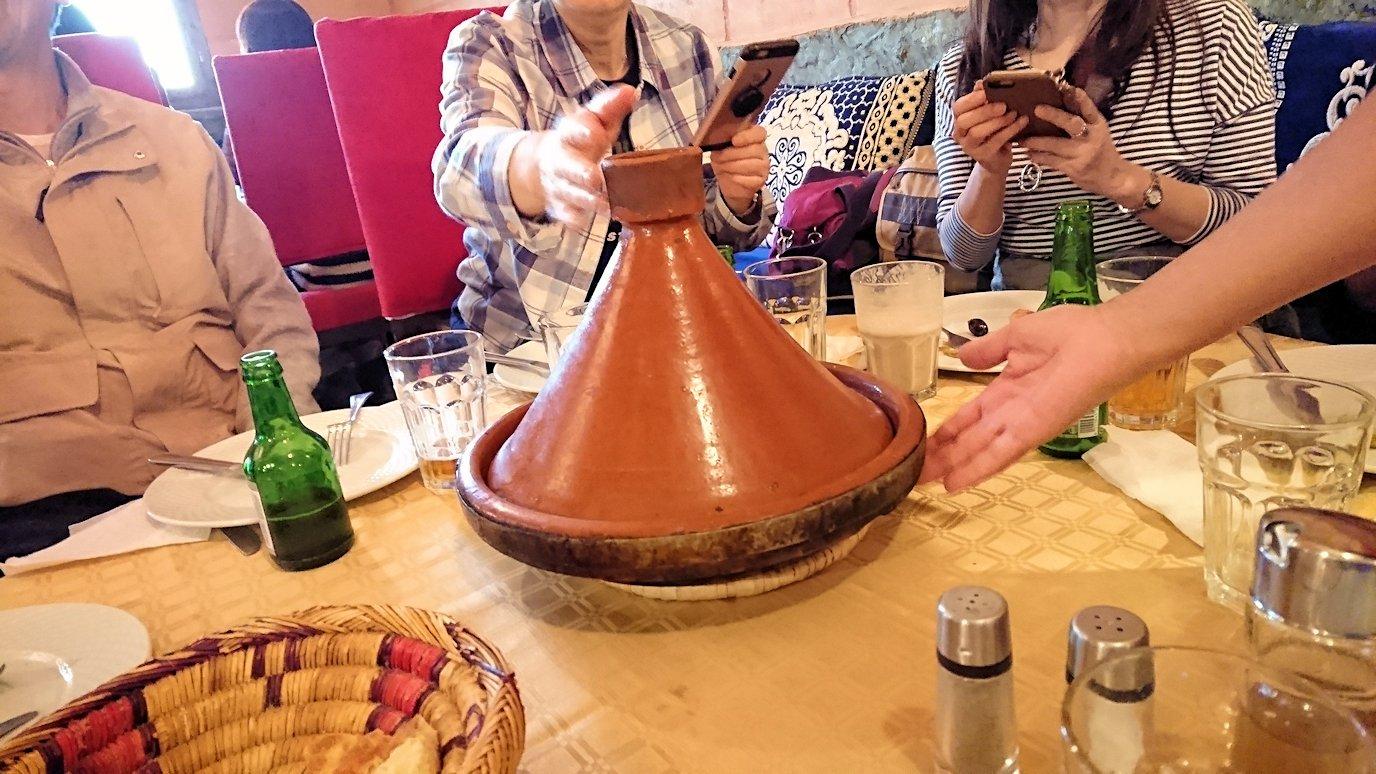モロッコのトドラ渓谷からワルザザートへ向かうにレストランで料理を食べる1