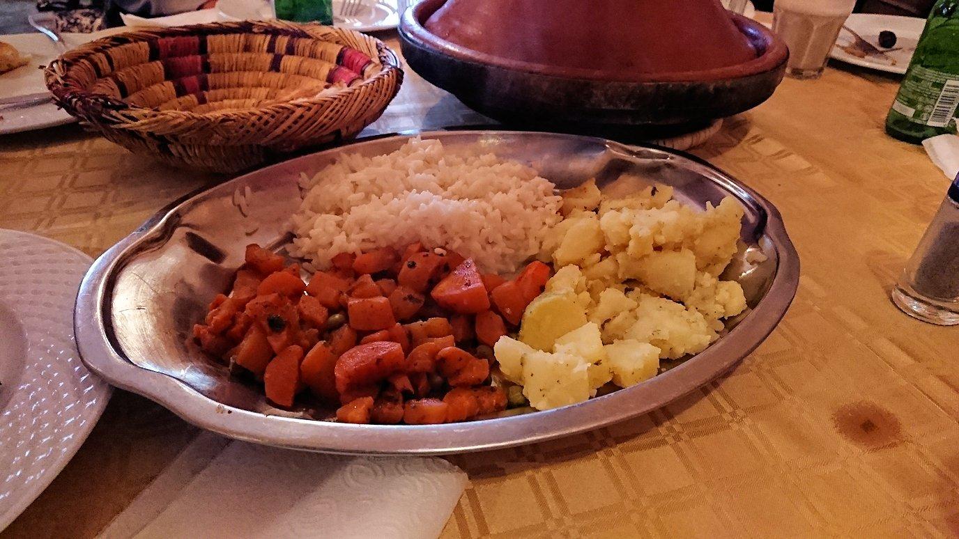 モロッコのトドラ渓谷からワルザザートへ向かうにレストランで料理を食べる2