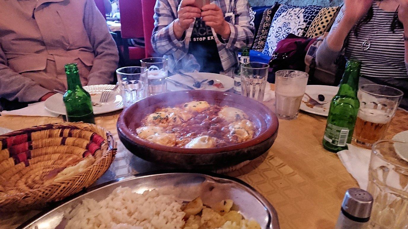 モロッコのトドラ渓谷からワルザザートへ向かうにレストランで料理を食べる3