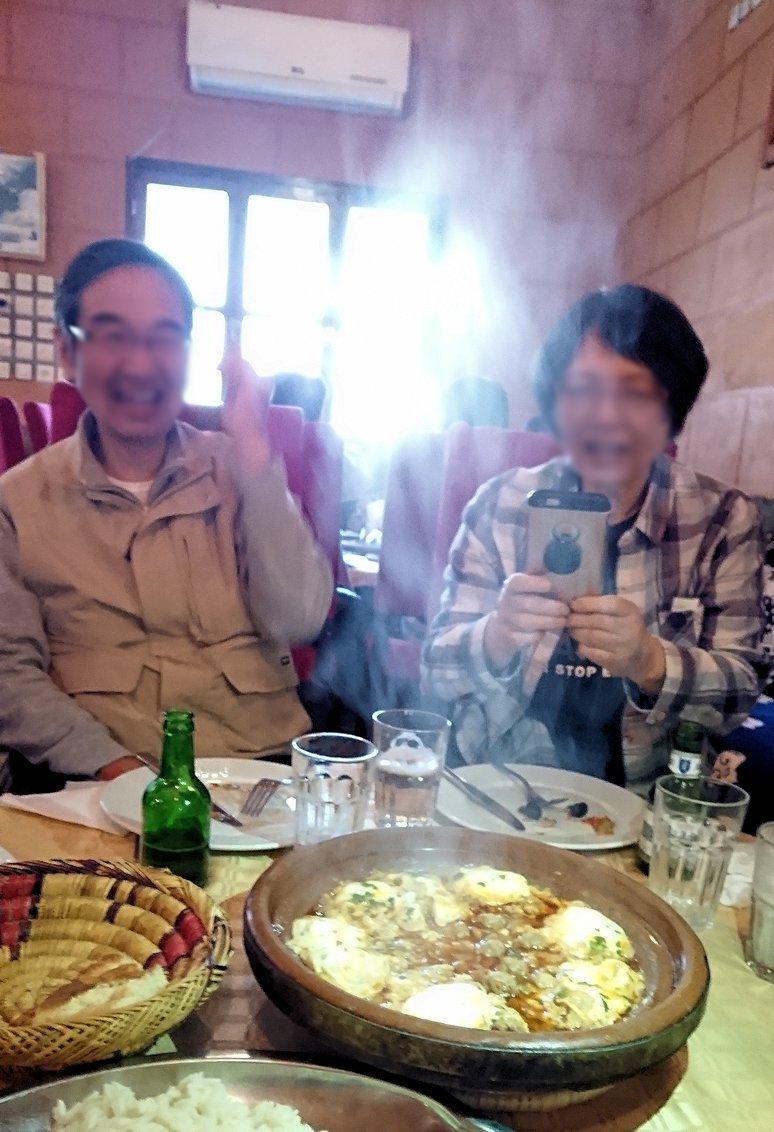 モロッコのトドラ渓谷からワルザザートへ向かうにレストランで料理を食べる4