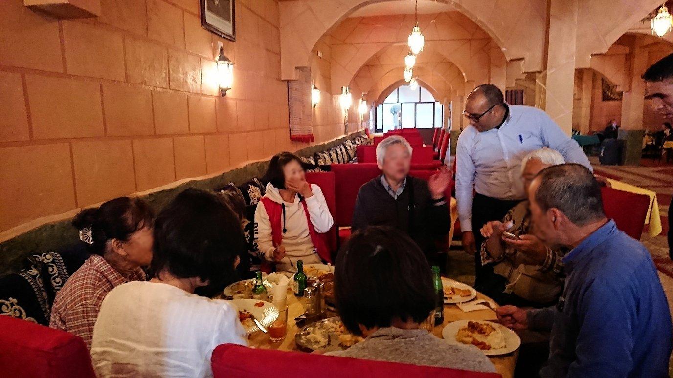 モロッコのトドラ渓谷からワルザザートへ向かうにレストランで料理を食べる6
