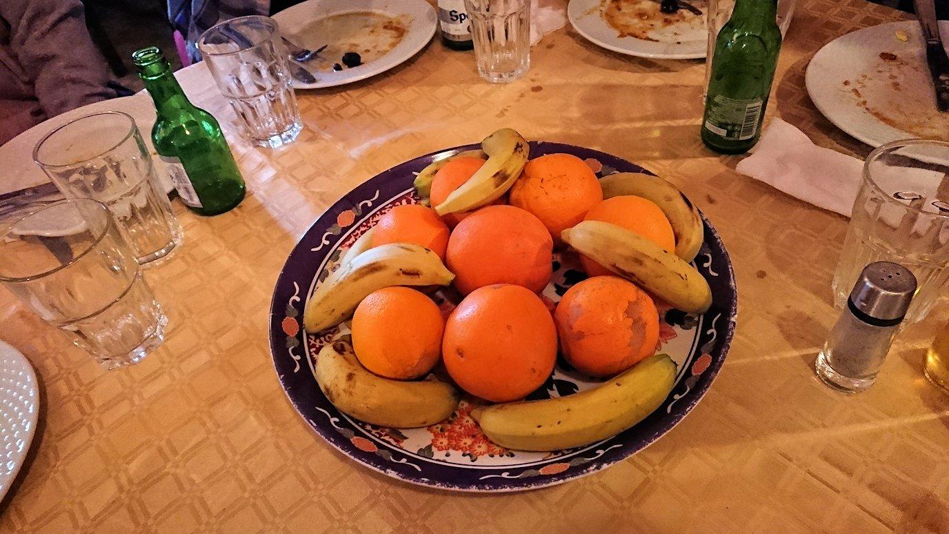 モロッコのトドラ渓谷からワルザザートへ向かうにレストランで料理を食べる7