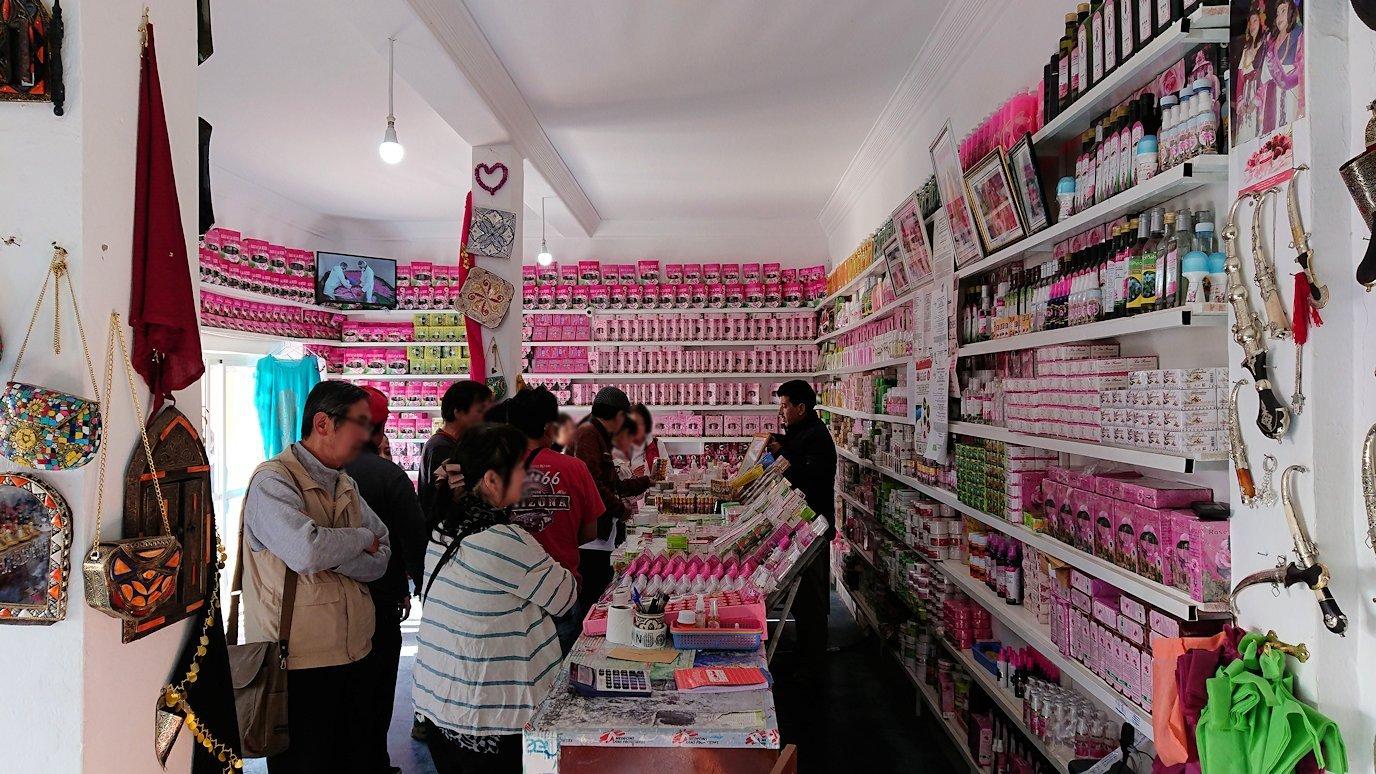 ワルザザートへ向かう途中に薔薇の香水店の様子1