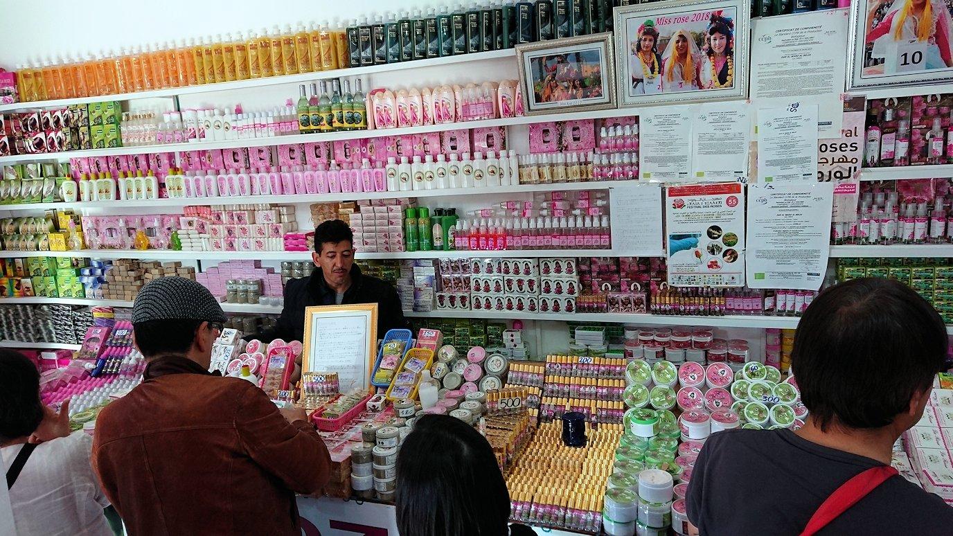ワルザザートへ向かう途中に薔薇の香水店の様子3