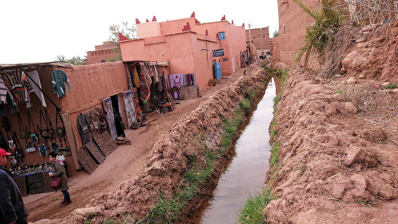 モロッコのワルザザートのアイト・ベン・ハッドゥへ歩いて向かう途中の様子