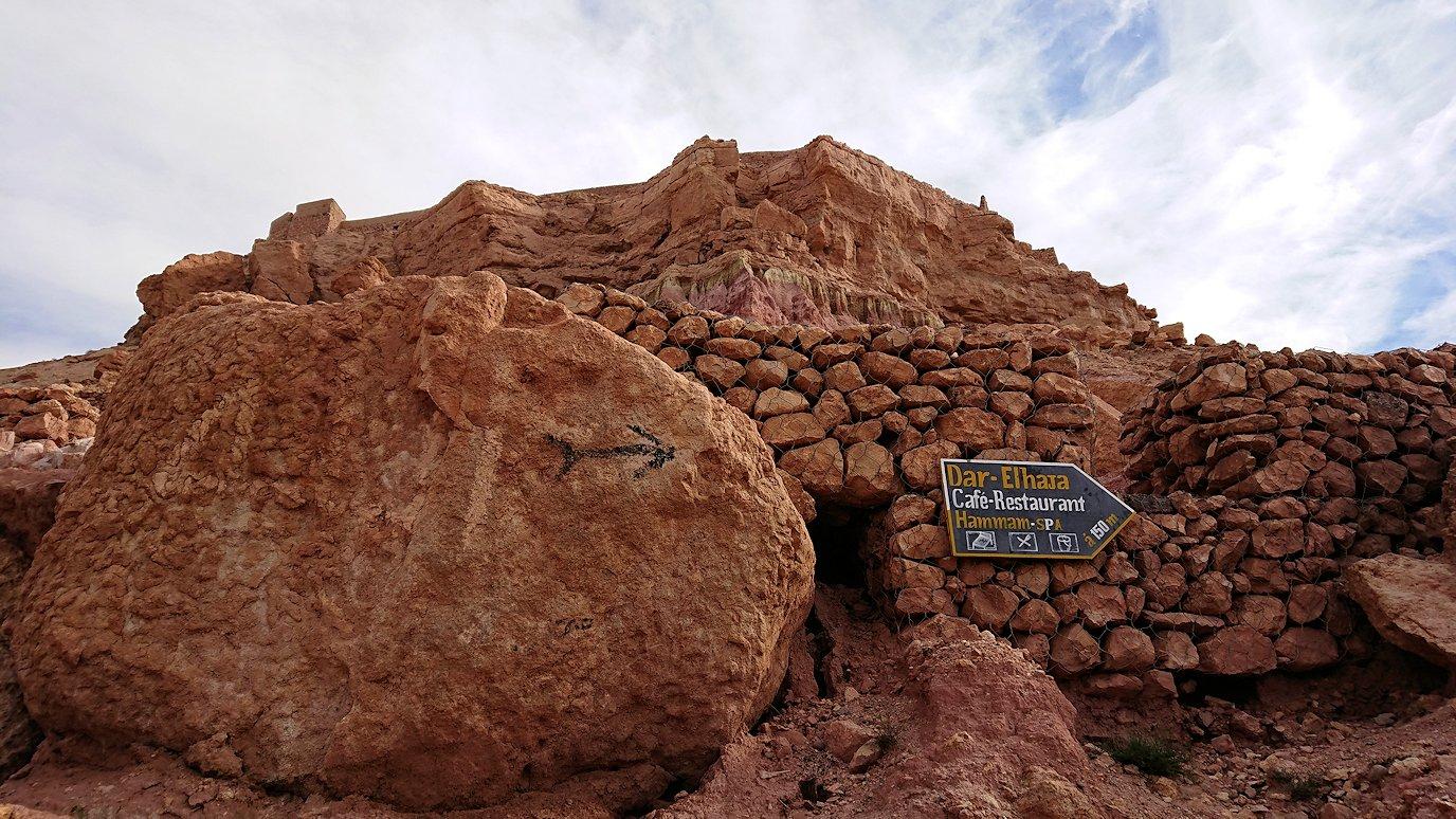 モロッコのワルザザートのアイト・ベン・ハッドゥ内を進んでいく