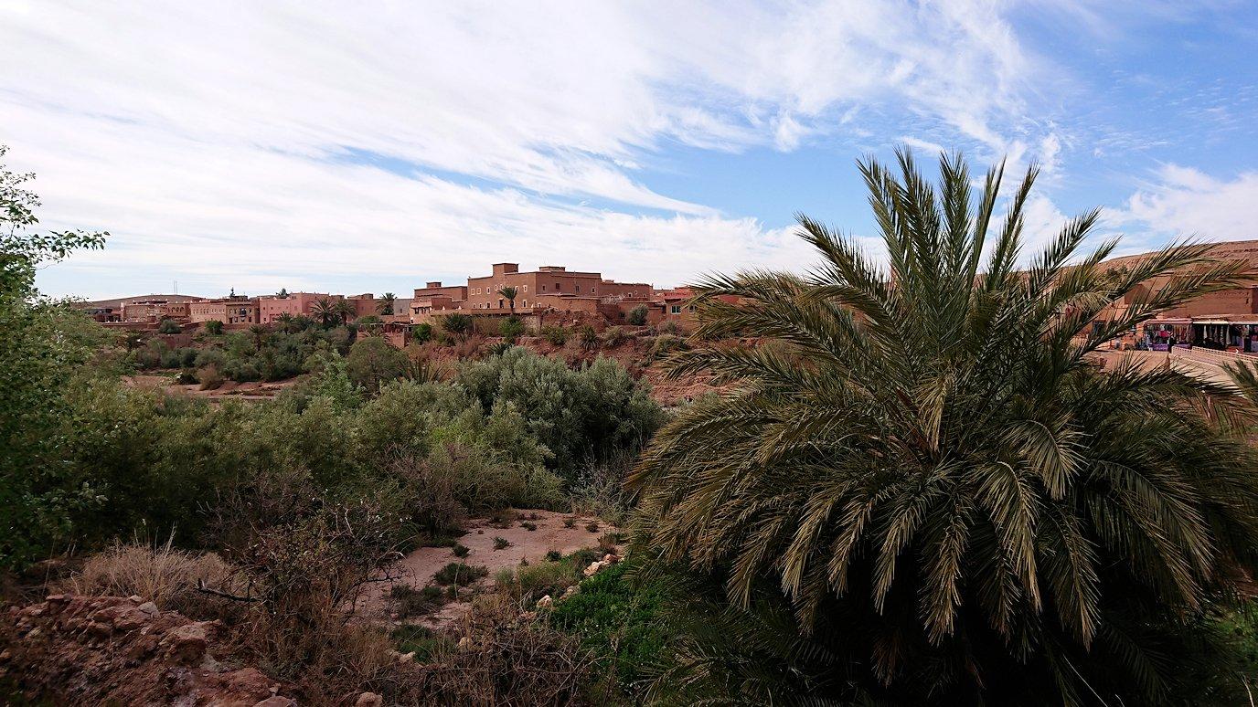 モロッコのワルザザートのアイト・ベン・ハッドゥ内を進んでいく2