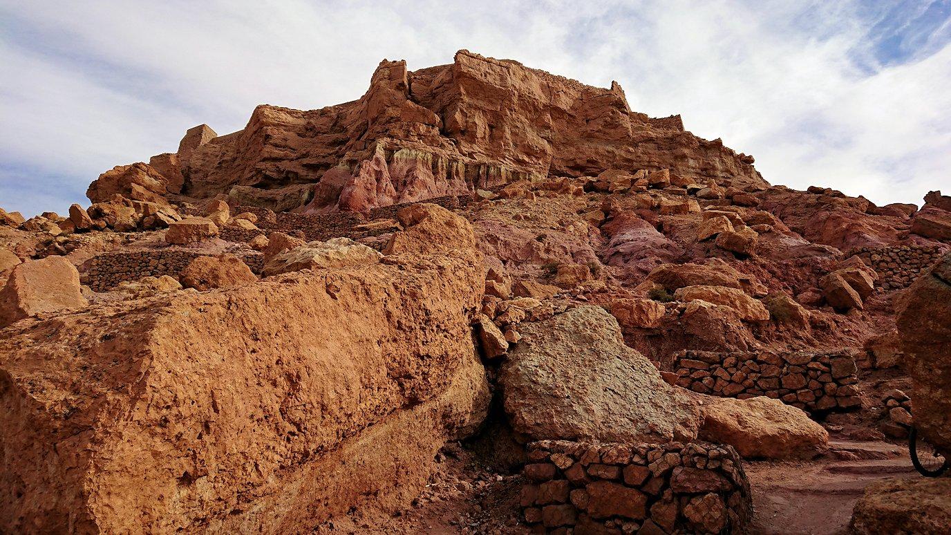 モロッコのワルザザートのアイト・ベン・ハッドゥ内を進んでいく3