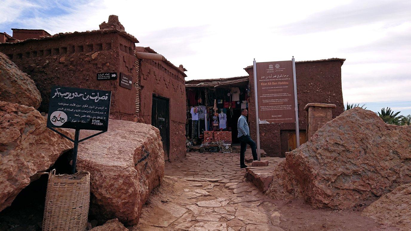 モロッコのワルザザートのアイト・ベン・ハッドゥ内を進んでいく4