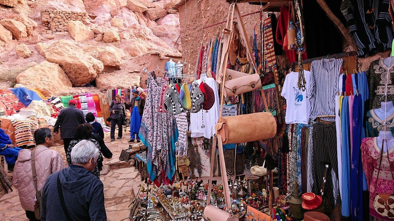 モロッコのワルザザートのアイト・ベン・ハッドゥ内を進んでいく5