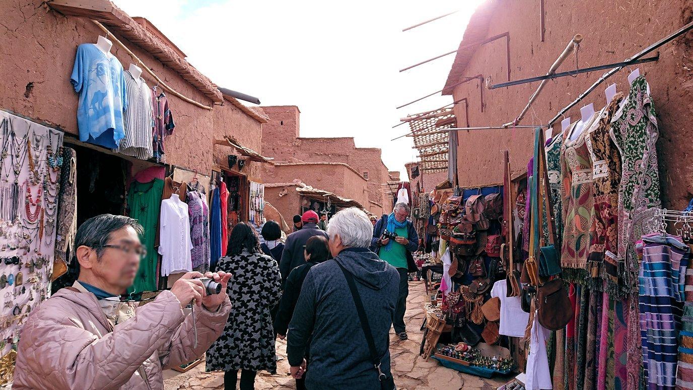 モロッコのワルザザートのアイト・ベン・ハッドゥ内を進んでいく7