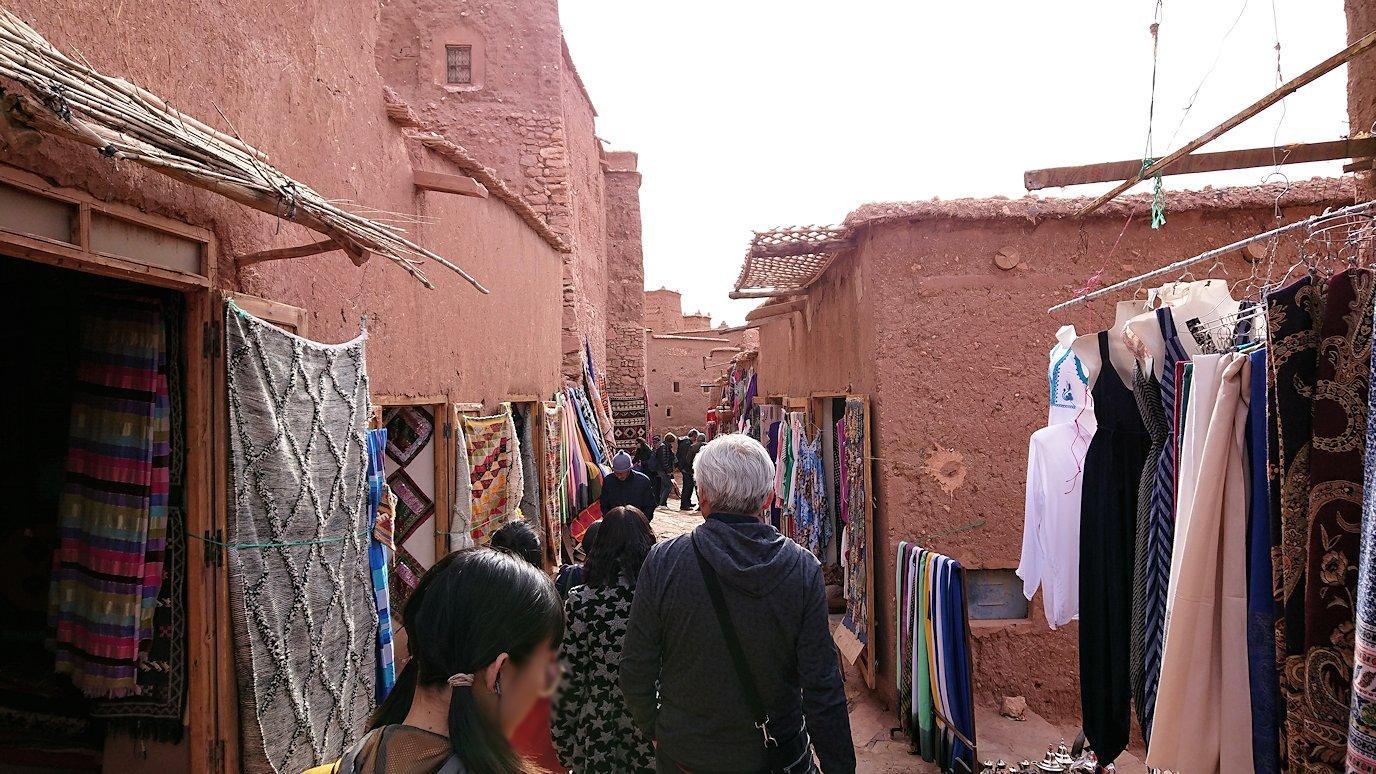 モロッコのワルザザートのアイト・ベン・ハッドゥ内を進んでいく8