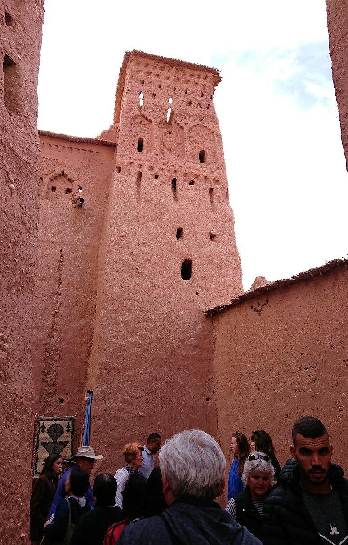 モロッコのワルザザートのアイト・ベン・ハッドゥ内を進んでいく9