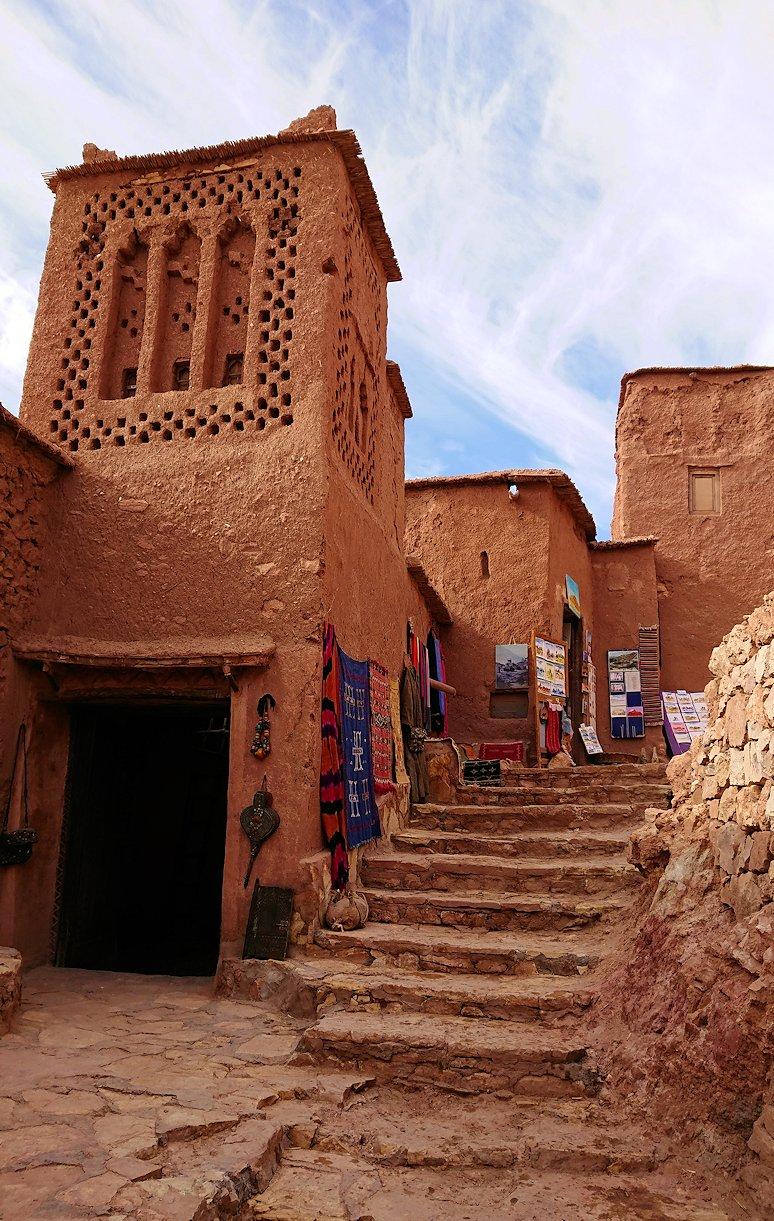 モロッコのワルザザートのアイト・ベン・ハッドゥ内を登って行きます