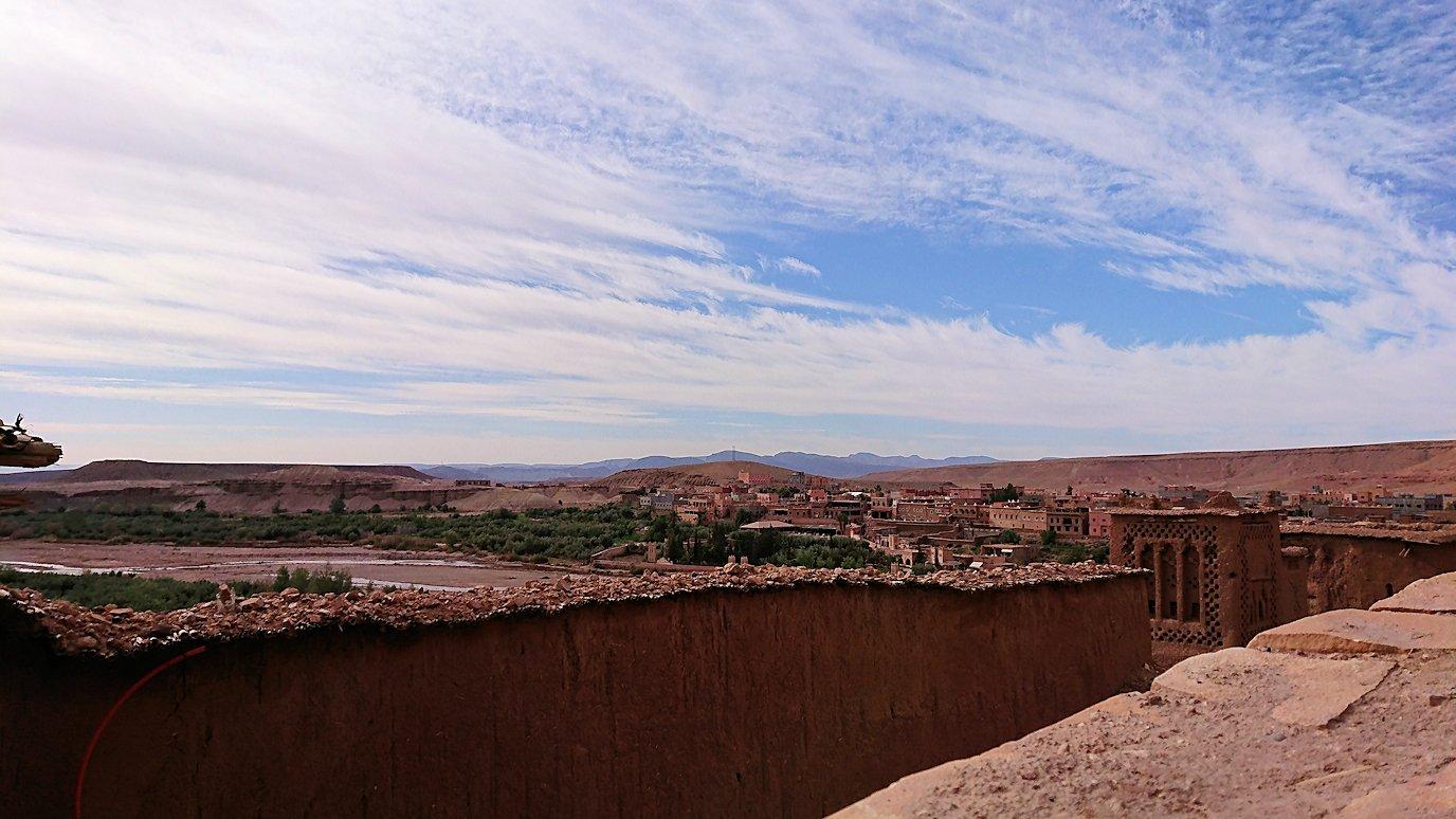 モロッコのワルザザートのアイト・ベン・ハッドゥ内を登って行きます5