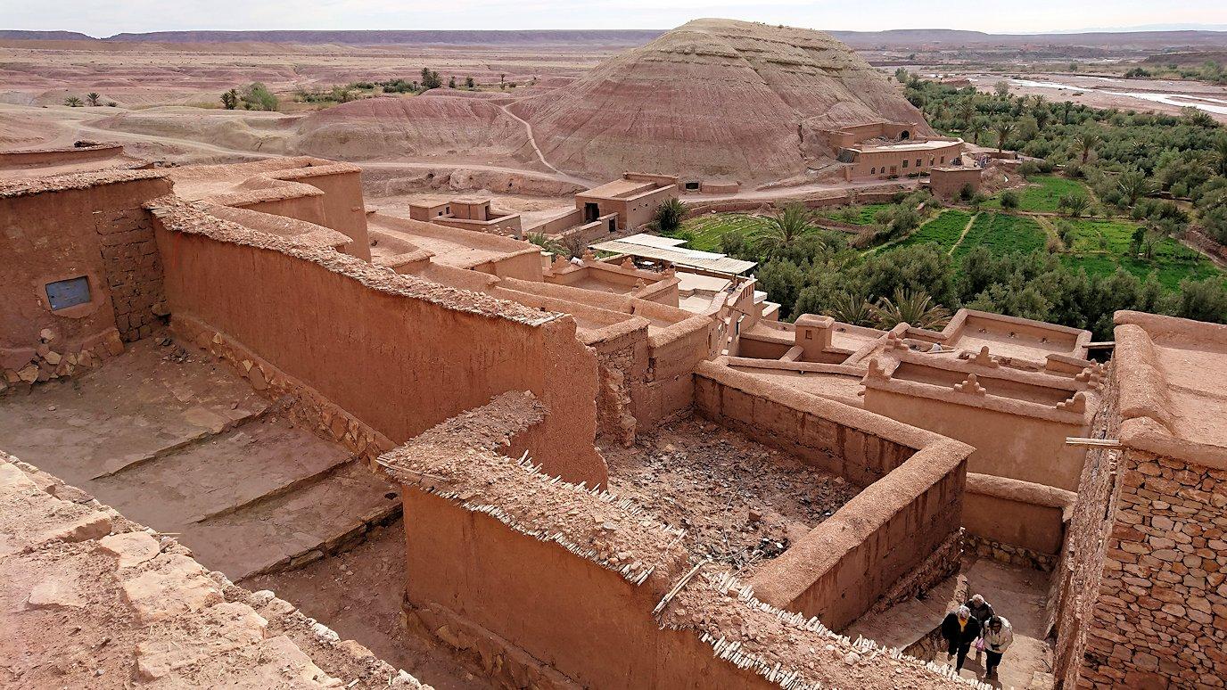 モロッコのワルザザートのアイト・ベン・ハッドゥ内を上の方まで登って行きます