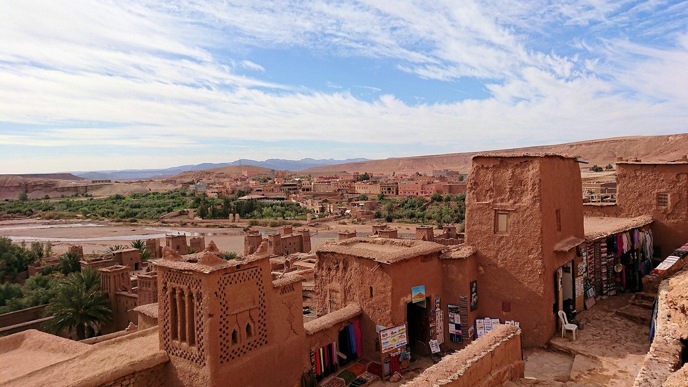 モロッコのワルザザートのアイト・ベン・ハッドゥ内を上の方まで登って行きます2