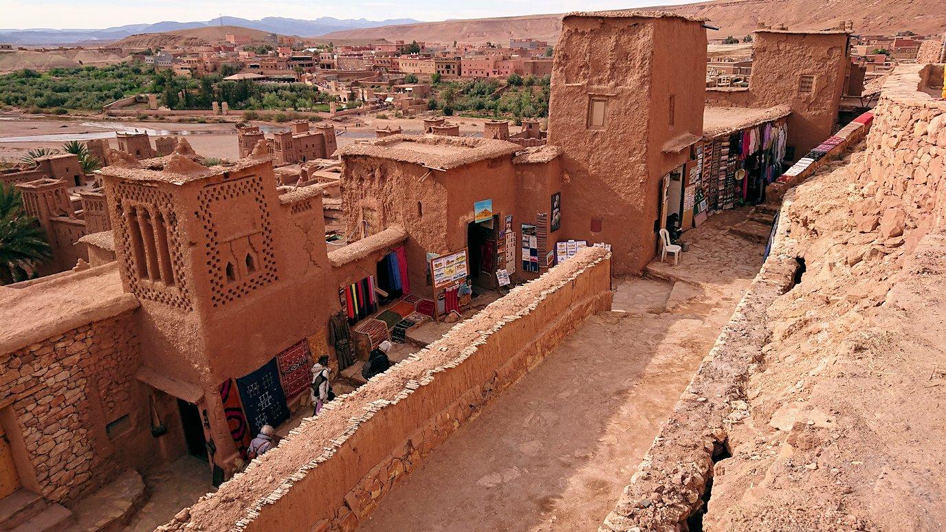 モロッコのワルザザートのアイト・ベン・ハッドゥ内を上の方まで登って行きます3