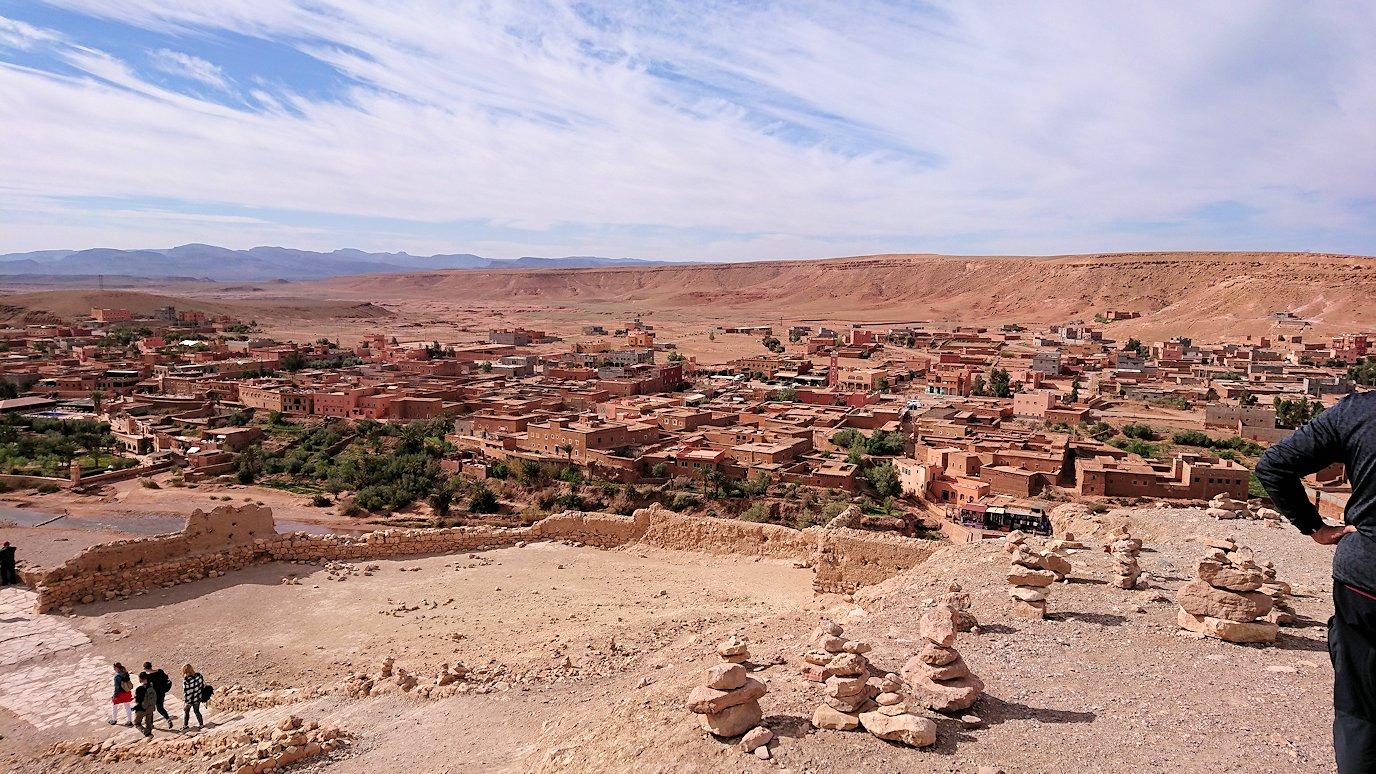 モロッコのワルザザートのアイト・ベン・ハッドゥ内を上の方まで登った頂上で写真撮影タイム