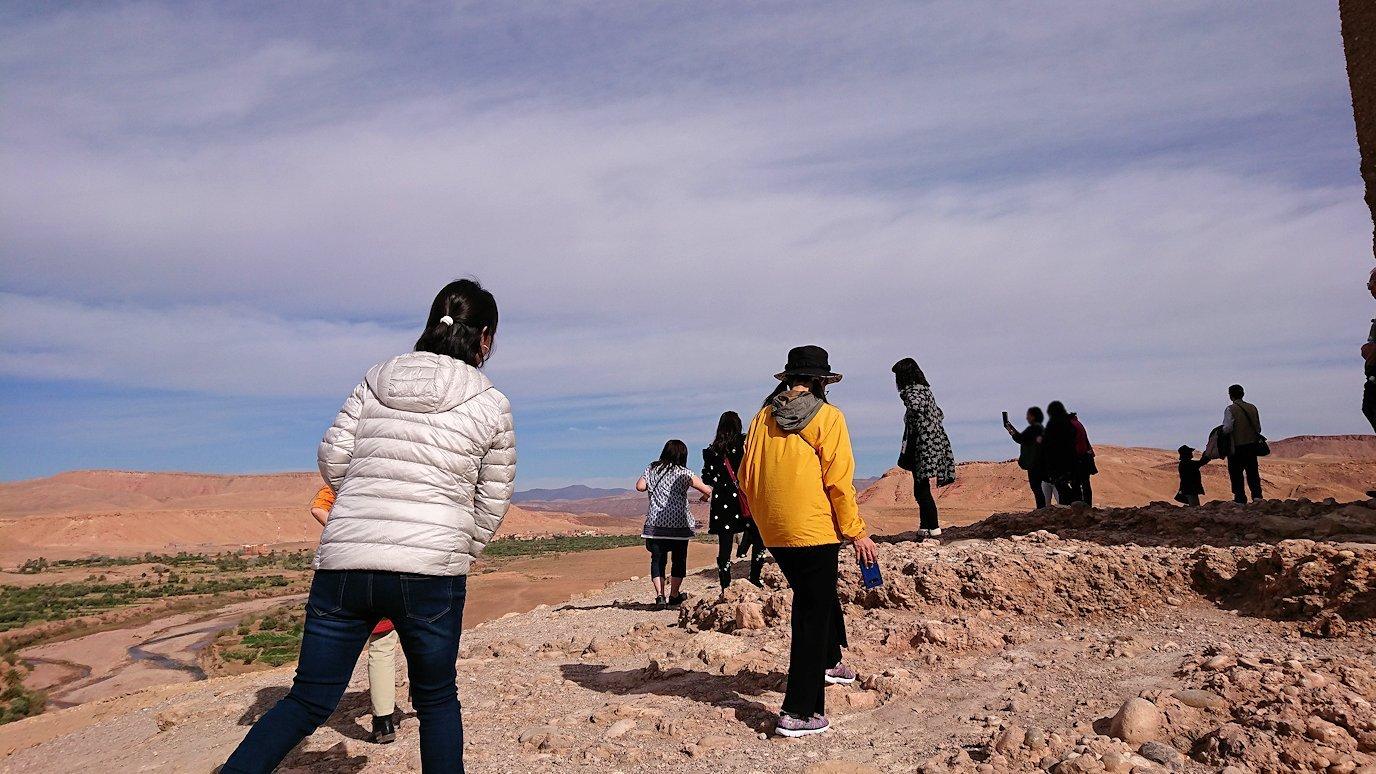 モロッコのワルザザートのアイト・ベン・ハッドゥ内を上の方まで登った頂上で写真撮影タイム1