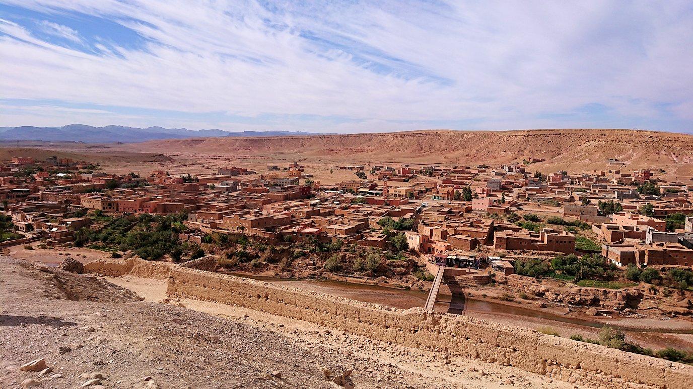 モロッコのワルザザートのアイト・ベン・ハッドゥ内を上の方まで登った頂上で写真撮影タイム2