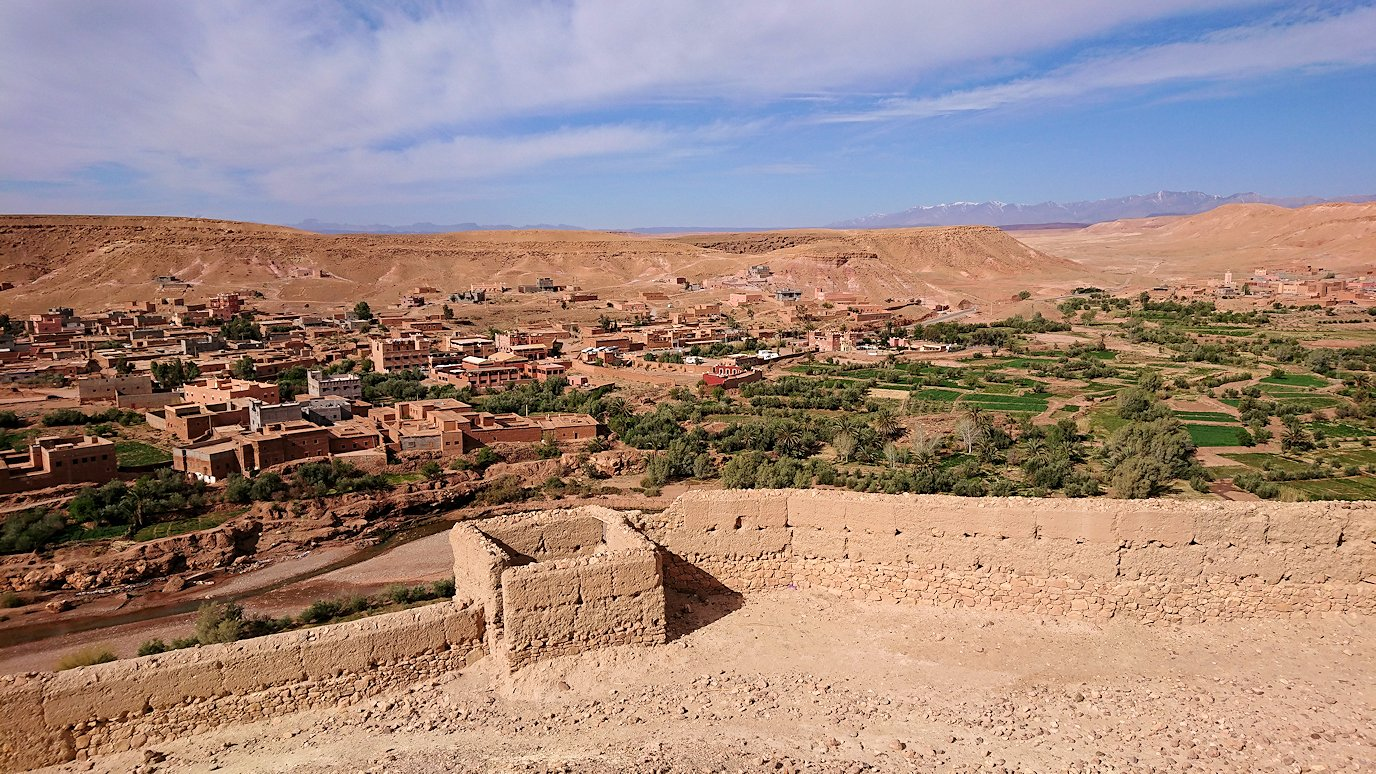 モロッコのワルザザートのアイト・ベン・ハッドゥ内を上の方まで登った頂上で写真撮影タイム3