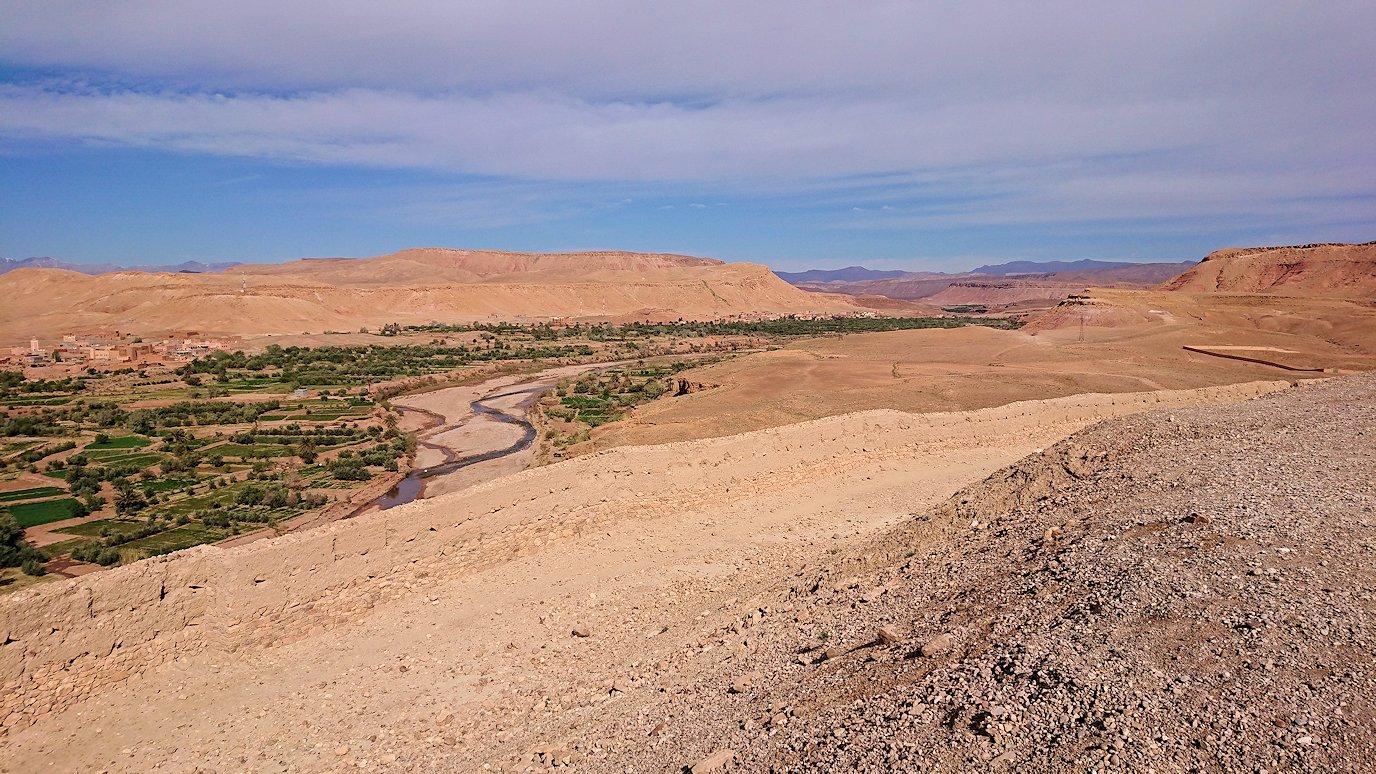 モロッコのワルザザートのアイト・ベン・ハッドゥ内を上の方まで登った頂上で写真撮影タイム4