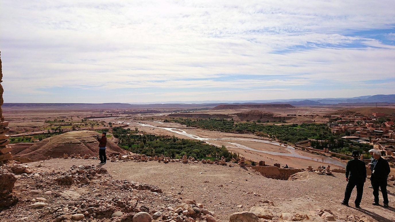モロッコのワルザザートのアイト・ベン・ハッドゥ内を上の方まで登った頂上で写真撮影タイム5