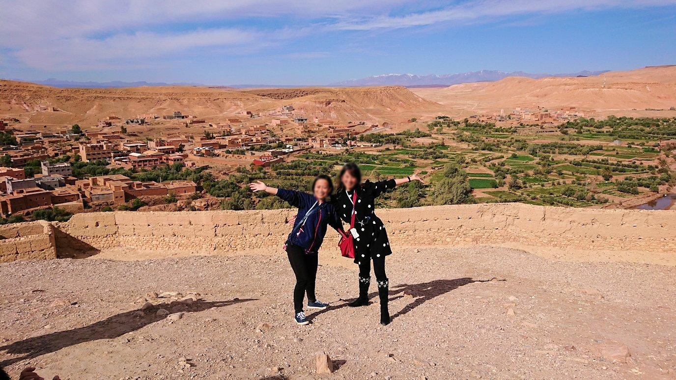 モロッコのワルザザートのアイト・ベン・ハッドゥ内を上の方まで登った頂上で写真撮影タイム6