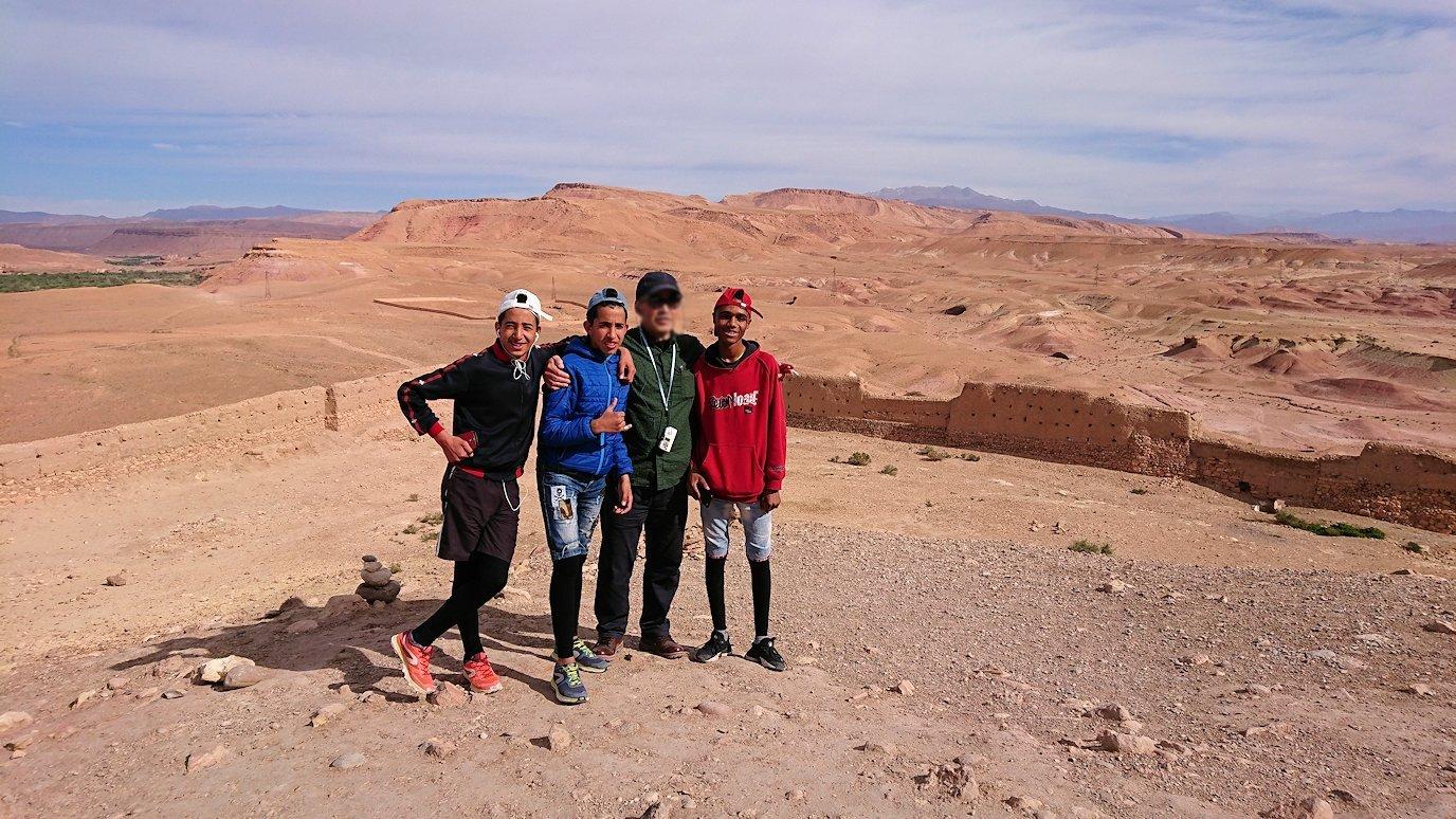 モロッコのワルザザートのアイト・ベン・ハッドゥ内を上の方まで登った頂上で写真撮影タイムは続く