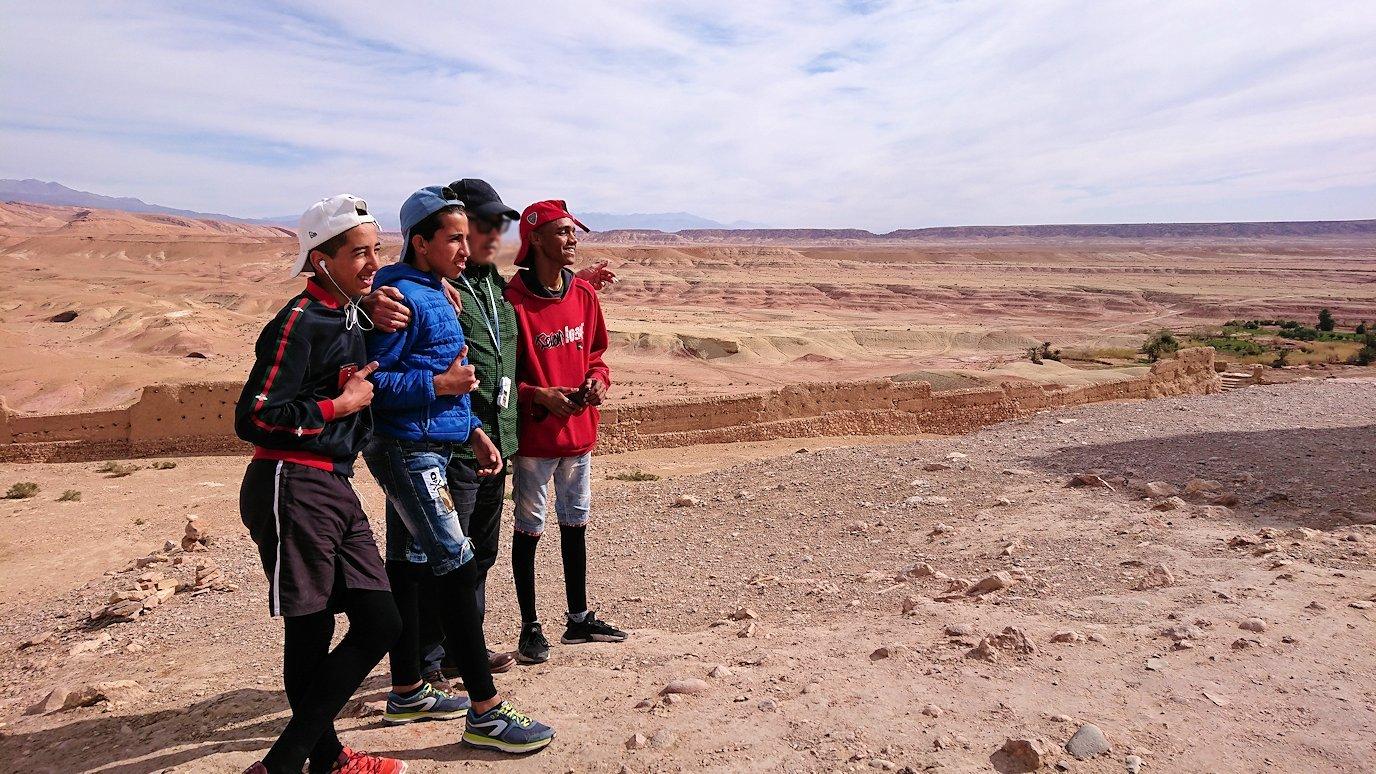モロッコのワルザザートのアイト・ベン・ハッドゥ内を上の方まで登った頂上で写真撮影タイムは続く1