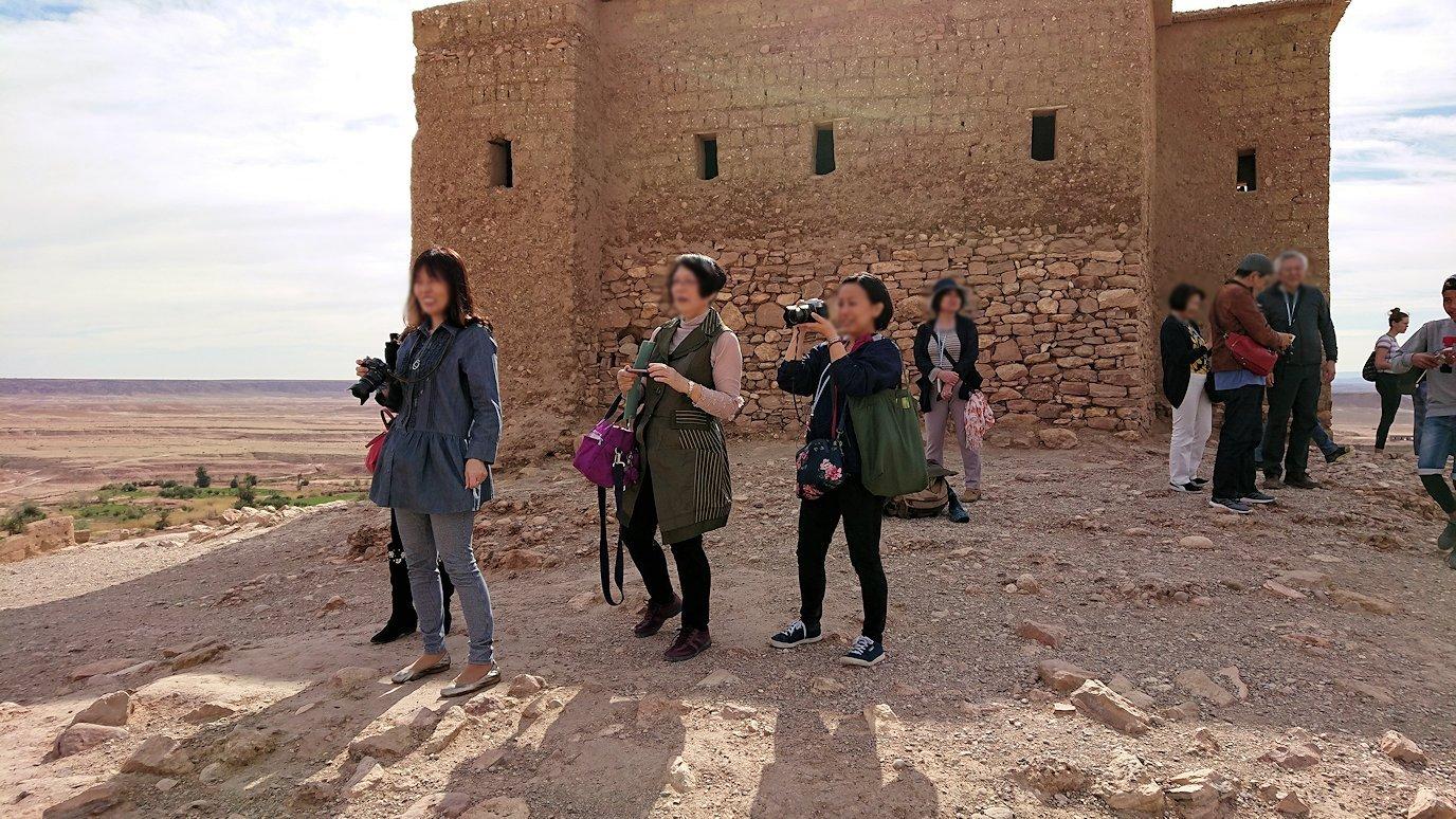 モロッコのワルザザートのアイト・ベン・ハッドゥ内を上の方まで登った頂上で写真撮影タイムは続く2