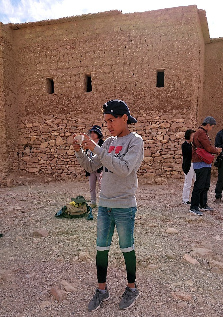 モロッコのワルザザートのアイト・ベン・ハッドゥ内を上の方まで登った頂上で写真撮影タイムは続く3