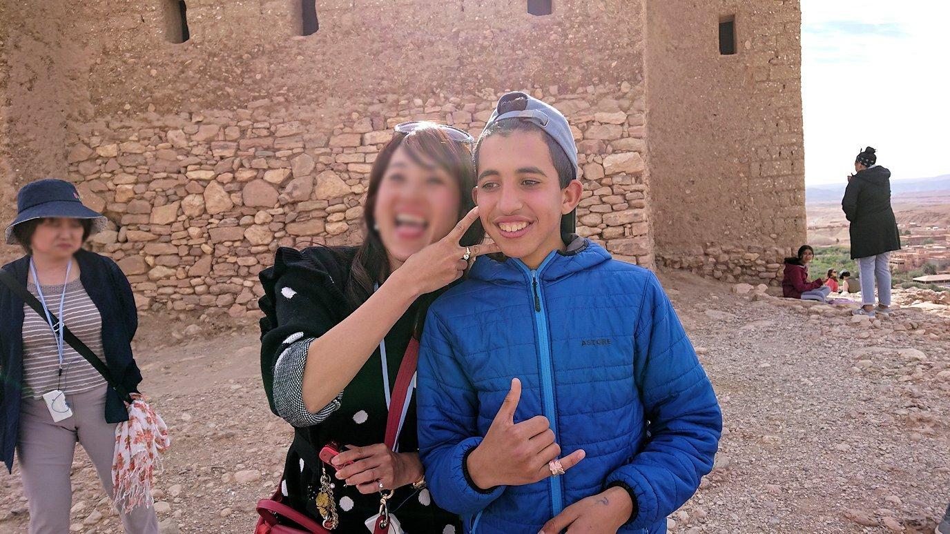 モロッコのワルザザートのアイト・ベン・ハッドゥ内を上の方まで登った頂上で写真撮影タイムは続く4