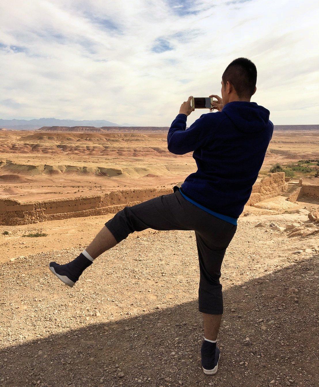 モロッコのワルザザートのアイト・ベン・ハッドゥ内を上の方まで登った頂上で写真撮影タイムは続く6