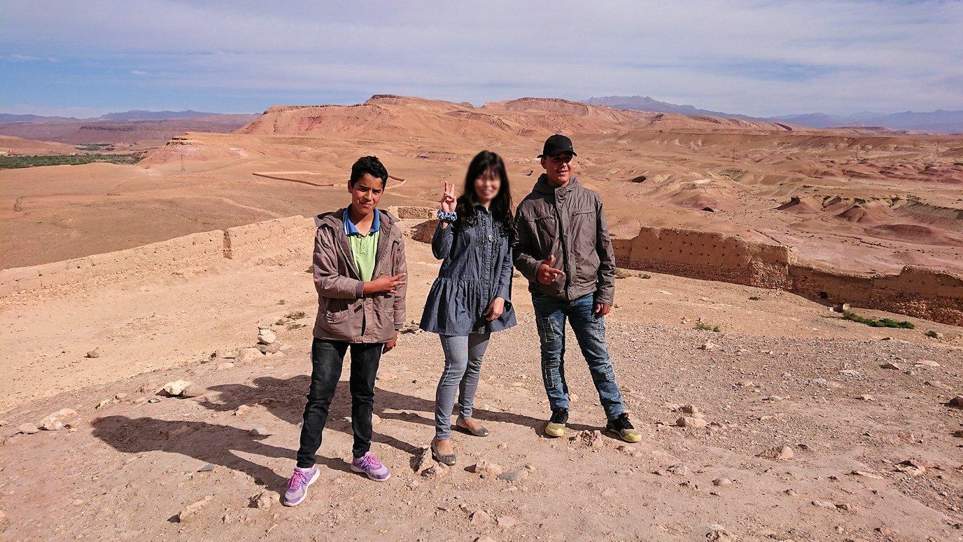 モロッコのワルザザートのアイト・ベン・ハッドゥ内を上の方まで登った頂上で写真撮影タイムは続く7