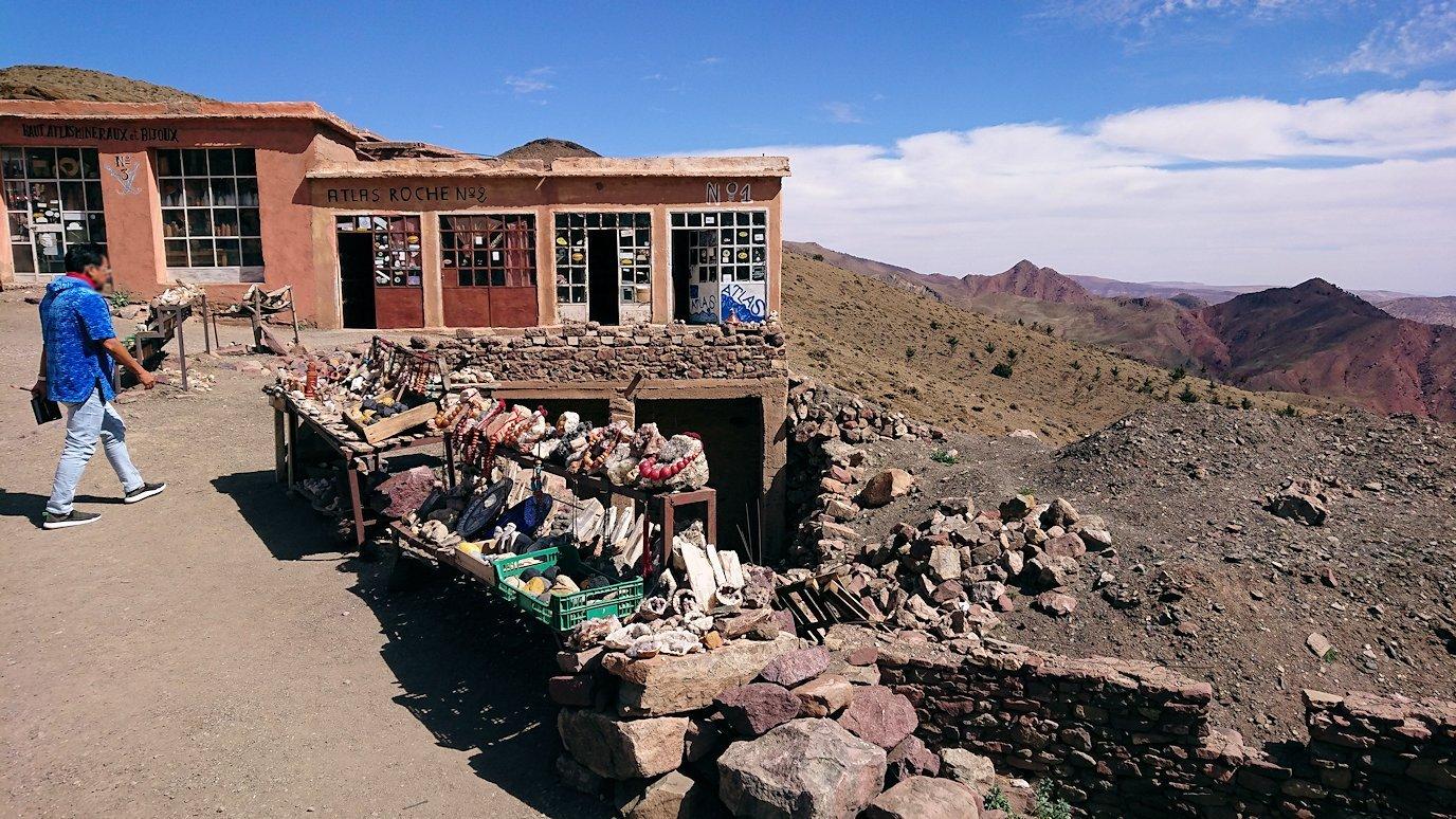 モロッコのティシュカ峠で写真休憩1