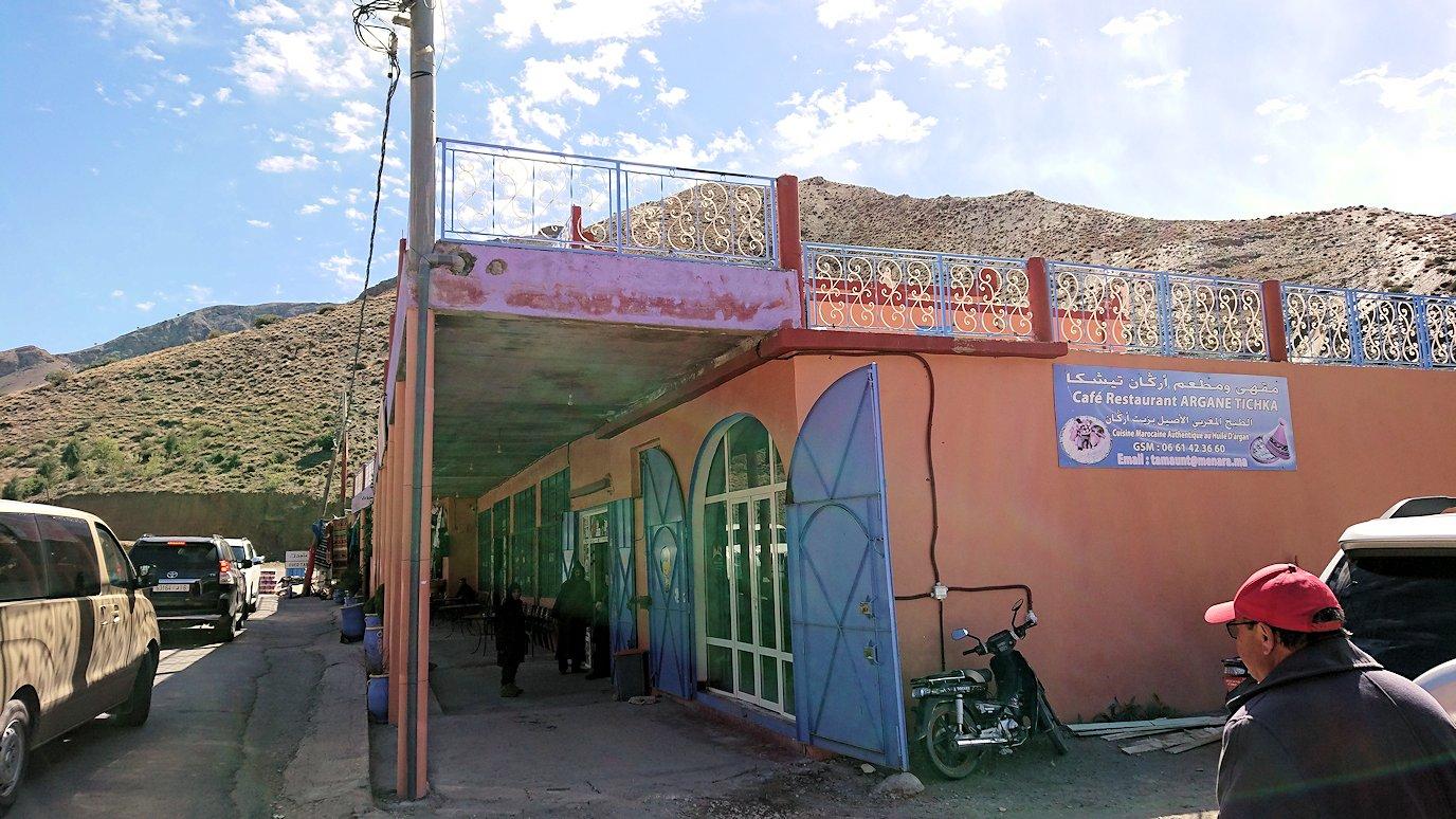 モロッコのティシュカ峠からマラケシュヘ移動の途中にあるアルガンオイルのお店に寄る