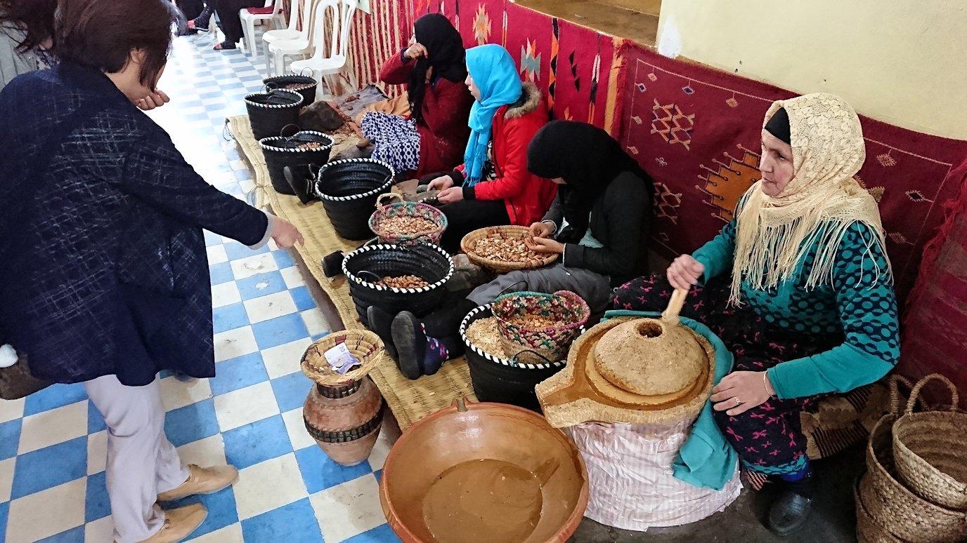 モロッコのティシュカ峠からマラケシュヘ移動の途中にあるアルガンオイルのお店に寄る1